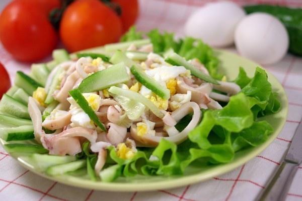 Салат кальмаровый классический с огурцом