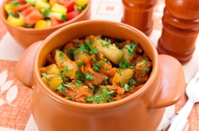 Приготовить картошку в горшочках со свининой