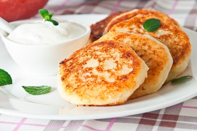 Приготовить сырники из творога с изюмом